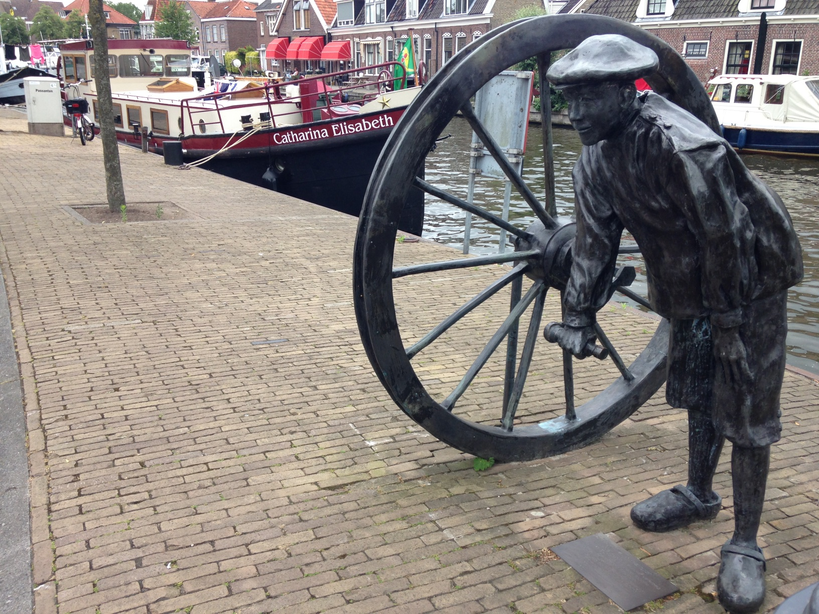 Last mooring in town beside this attractive sculpture of a lock keeper operating the lock wheel.