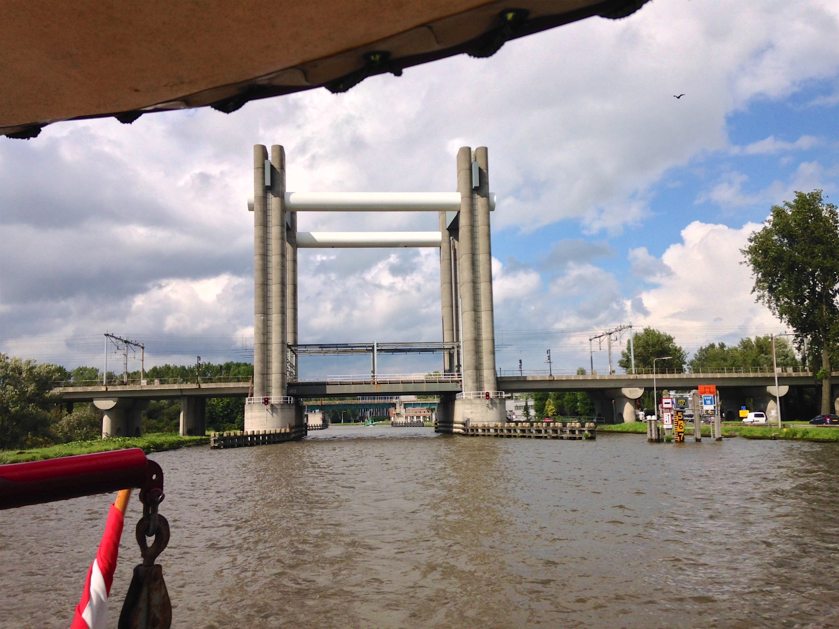 Not scenic: but an impressive lifting (railway) bridge. No problem for 20 m masts under this one.